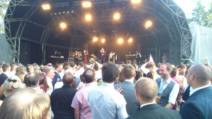 Rick Astley Ascot crowds to the front
